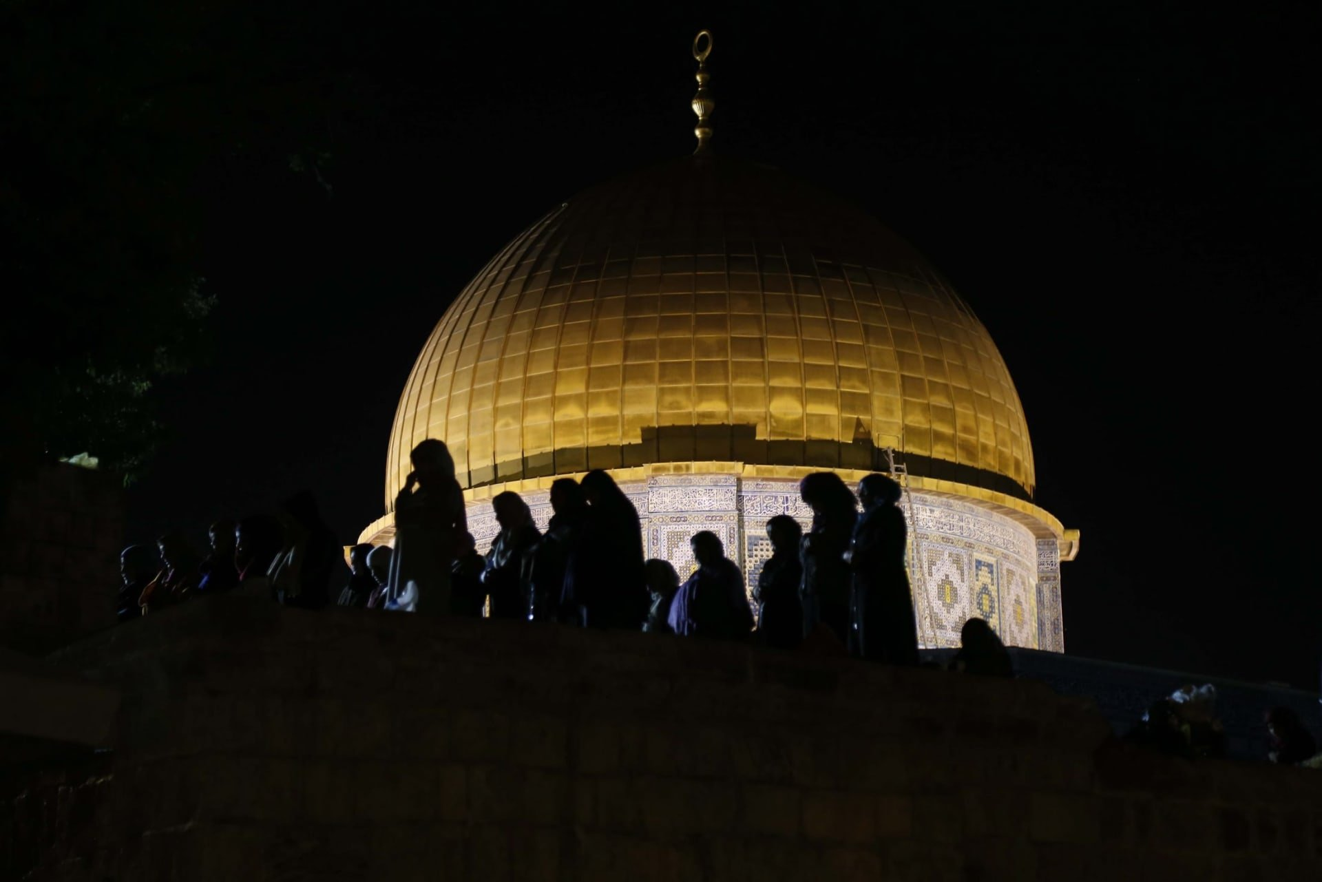 Hundreds of thousands of Muslims celebrate Islam's holiest night ...