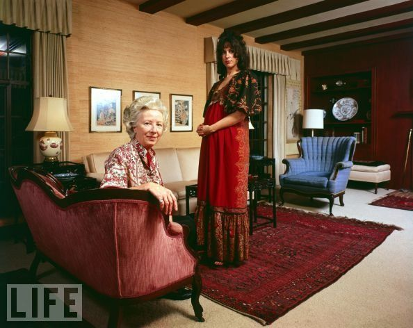 Grace Slick with her mother. The Jefferson Airplane singer poses with her mother, Virginia Wing, in the living room of the home… | Grace slick, Rockstar, Elton john