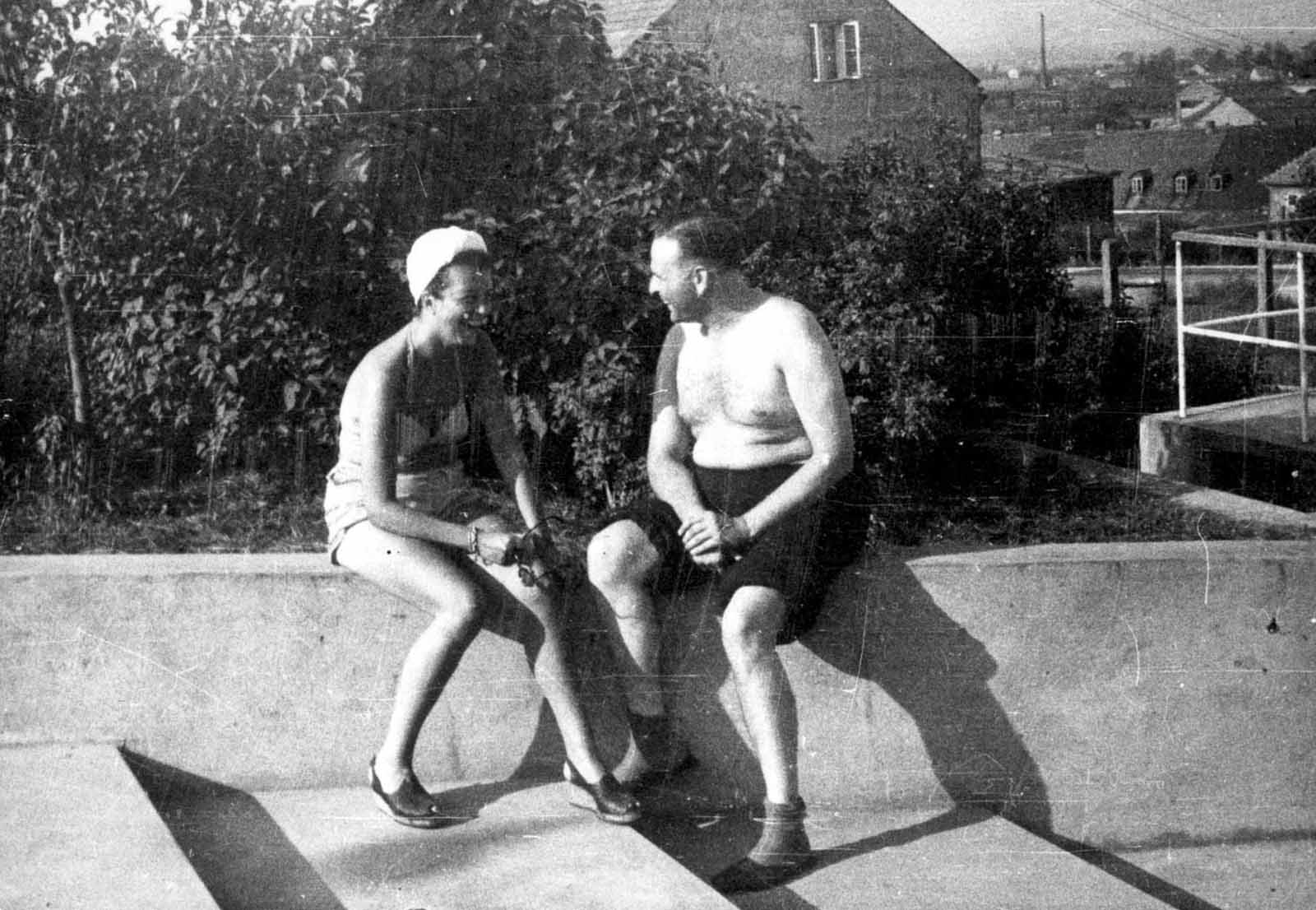 Camp Commandant Amon Goeth with his mistress, Majola (Ruth Irene Kalder). Kalder first met Göth in 1942 or early 1943 when she worked as a secretary at Oskar Schindler's enamelware factory in Kraków. She soon moved in with Göth and the two had an affair. She took Göth's name shortly after his death.